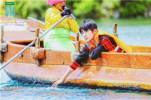 易烊千玺惊喜亮相亲爱的客栈乘船钓鱼少年气满满